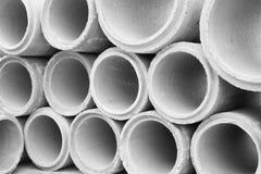 Gestapelt von den konkreten Abflussrohren für den Bau industriell Lizenzfreies Stockfoto