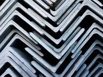 Gestapelt von der winkligen Stahlstange für Industriebau Stockbilder