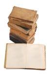 Gestapelte alte Bücher der unterschiedlichen Form und der Farbe Lizenzfreies Stockfoto