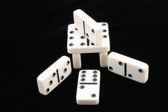 Gestapelte Dominos. Stockfoto