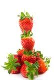 Gestapelte Erdbeeren, die auf Erdbeeren stillstehen lizenzfreie stockfotografie