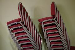 Gestapelte rote Stühle Stockbild