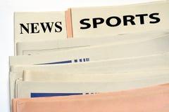 Gestapelte Sportzeitungen stockfotografie
