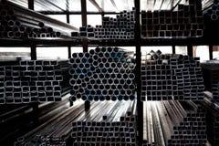 Gestapelte Stahlrohre Stockbild
