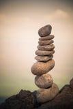 Gestapelte Steine auf dem Strand Lizenzfreie Stockfotografie