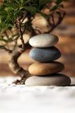 Gestapelte Steine auf Sand Stockfoto