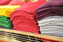 Gestapelte T-Shirts lizenzfreies stockbild