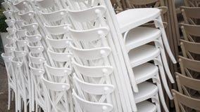 Gestapelte weiße Stühle Stockfotografie