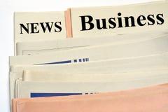 Gestapelte Wirtschaftszeitungen Stockfotos