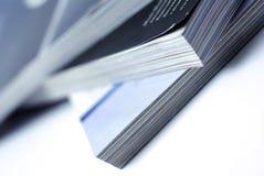 Gestapelte Zeitschriften getrennt auf weißem Hintergrund. Lizenzfreies Stockfoto