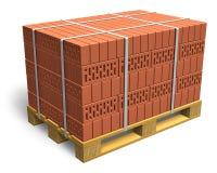 Gestapelte Ziegelsteine auf hölzerner Verschiffenladeplatte Lizenzfreie Stockbilder