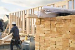 Gestapeltes Bauholz und Lichtpausen an einem Aufbau Si Lizenzfreie Stockfotografie