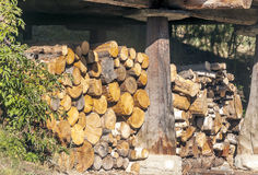Gestapeltes Brennholz stockbild