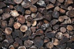 Gestapeltes Mischnetzkabel des schmutzigen Brennholzes lizenzfreie stockfotografie