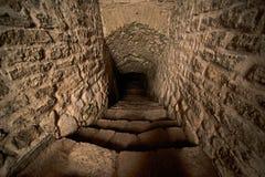Gestapte afdaling in de kerker van middeleeuws kasteel stock afbeeldingen