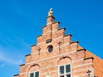 Gestapte geveltop van oud stadhuis in Woudrichem, Nederland stock foto