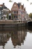 Gestapte geveltoppen in historische Dokkum, Nederland Stock Afbeeldingen