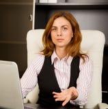 Geste bienvenu de femme d'affaires Images stock