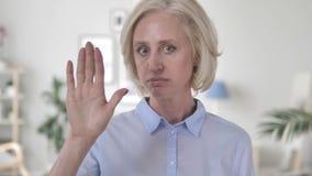 Geste d'arrêt par dame âgée banque de vidéos