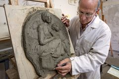 Geste d'artiste sur une sculpture en argile dans le studio d'arts Images libres de droits