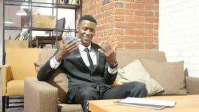 Geste d'invitation par l'homme d'affaires, invitant, portrait clips vidéos