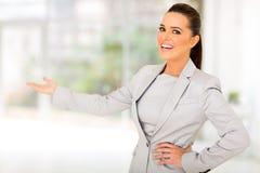 Geste de accueil de femme d'affaires images stock