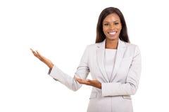 Geste de accueil de femme d'affaires photos stock