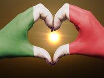 Geste de coeur et d'amour coloré dans le drapeau de l'Italie Photo libre de droits