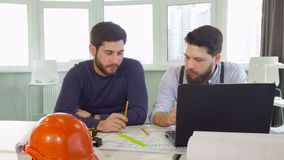 Geste de deux architectes à la table image libre de droits