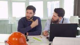 Geste de deux architectes à la table