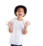 Geste de garçon avec le chapeau noir d'isolement sur le blanc Photographie stock libre de droits