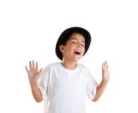Geste de garçon avec le chapeau noir d'isolement sur le blanc Image libre de droits