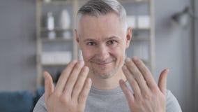 Geste de invitation par Gray Hair Man banque de vidéos