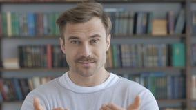 Geste de invitation par l'homme d'adulte de barbe banque de vidéos