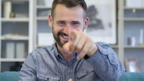 Geste de invitation par l'homme d'adulte de barbe clips vidéos