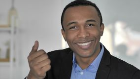 Geste de invitation par l'homme d'affaires afro-américain occasionnel banque de vidéos