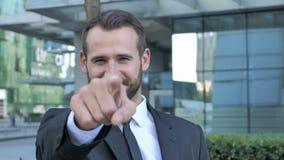 Geste de invitation par l'homme d'affaires de barbe banque de vidéos
