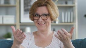 Geste de invitation par la femme supérieure banque de vidéos