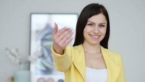 Geste de invitation par la jeune femme banque de vidéos