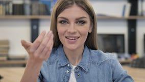 Geste de invitation par la jeune femme au travail banque de vidéos