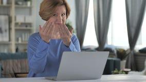 Geste de invitation par la vieille femme supérieure au travail banque de vidéos
