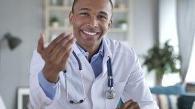 Geste de invitation par le docteur afro-américain dans la clinique clips vidéos