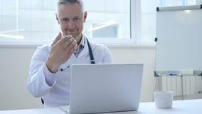 Geste de invitation par le docteur dans la clinique clips vidéos