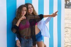 Geste de l'adolescence de doigt de silence de filles de meilleurs amis Image libre de droits