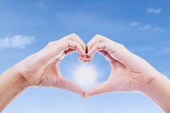 Geste de main de l'amour et du soleil Photo libre de droits