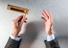 Geste de main du ` s d'homme d'affaires pour le concept de noisemaking et communication Photographie stock libre de droits
