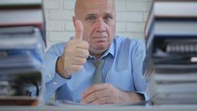 Geste de main du travail de Thumbs Up Good d'homme d'affaires dans la chambre de bureau photographie stock libre de droits