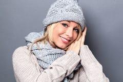 Geste de main pour exprimer le confort d'hiver, le bien-être et le bon sommeil Photos libres de droits