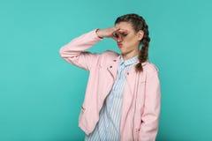 Geste de mauvaise odeur portrait de la belle fille mignonne se tenant avec image libre de droits