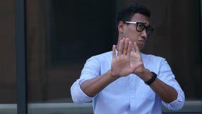 Geste des Ablehnens, Ablehnung durch jungen schwarzen gutaussehenden Mann